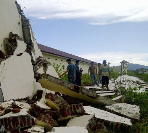 Warnings help amid Indonesia tsunami scare: Monitoring systems put in place after the 2004 Asian tsunami appeared to work well after an 8.7-magnitude earthquake struck roughly the same area. Photo: People look at walls damaged by a strong earthquake at a prison in Aceh province in Indonesia on Wednesday. Credit: Kyodo News / Associated Press