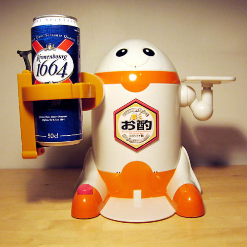 wired:  laughingsquid:  Japanese Beer-Pouring Robot Friend  Cute, and practical!   Lool