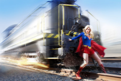 latanieredecyberwolf:  Incroyable cosplay de Supergirl en action! Supergirl In Action by ~DNM5555