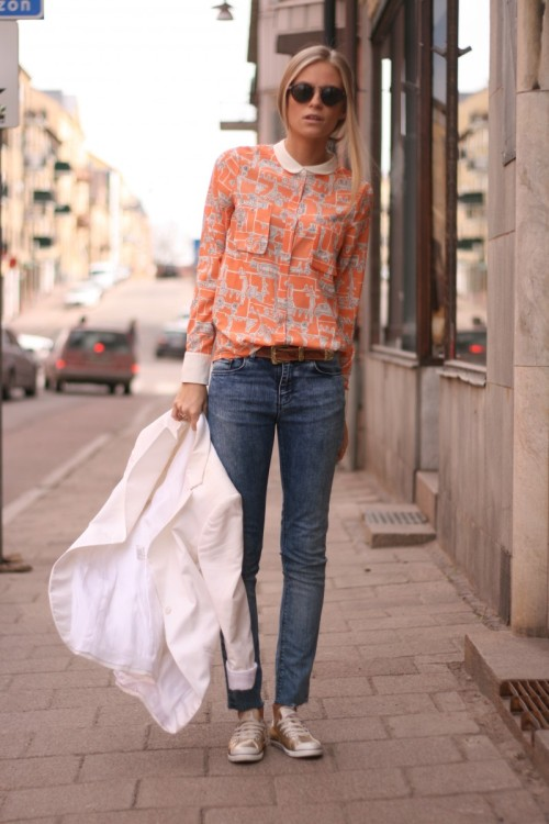 theglitterguide:  Great casual outfit. Are those converse gold?!  streetstyled:  Thefashioneaters wears: jeans – crocker, shoes – converse, shirt with bicycles – asos, blazer – tiger of sweden