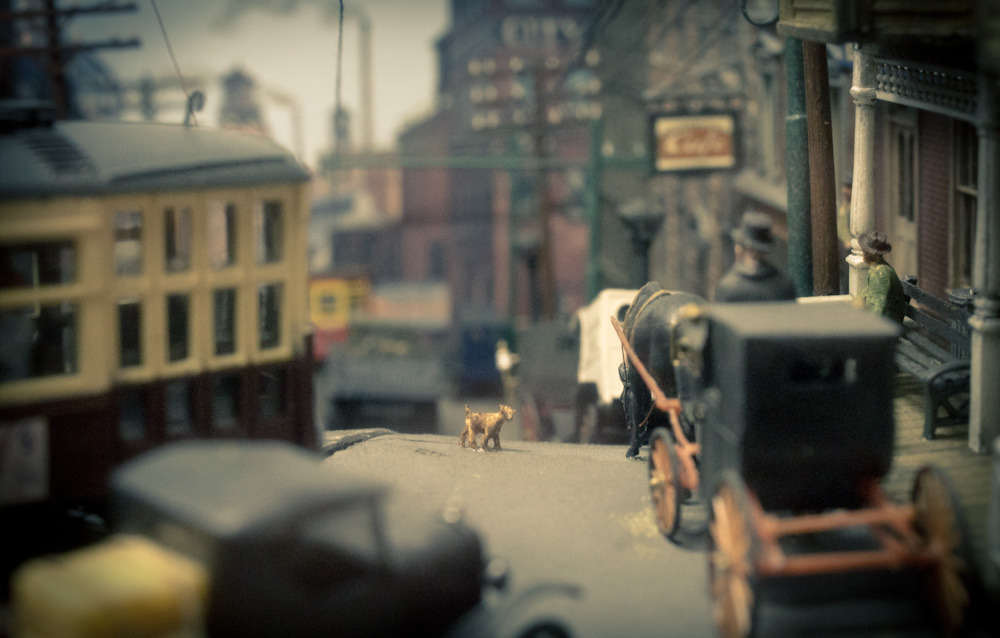 Another miniature world. In this diorama, the stray dog walking the streets caught my eye.