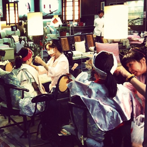 Face threading at an #underground market in #taipei #Taiwan #travel #Asia (Taken with instagram)