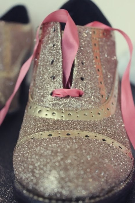 Another gorgeous tutorial I have had my eye on for a while.  I love brogues as it is, but gold glittery brogues thats a whole new level! Twinkle Toes - Gold Glitter Shoes with Pink Ribbon Laces click here for tutorial!