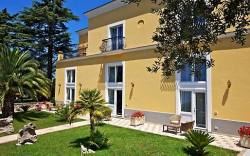 Intimate and irresistibile Casa Ceselle, Anacapri The secret of this guests house's charm? Simple: a beautiful location, the warm hospitality of a family home and the services of a hotel