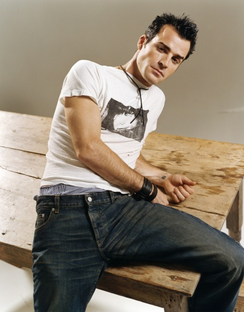 simplyirresistiblemen:  Justin Theroux.  i'm watching this hunk on six feet under right now meow