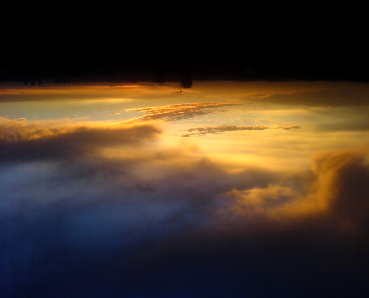 Upside Down Sunset For an upside down life. . : : : .  hchui replied to your photo: Upside Down Sunset For an upside down life. this is amazing! the illusion almost made me believe you were on an airplane That was the idea, I'm glad someone saw the same as me. Thanks for the comment!