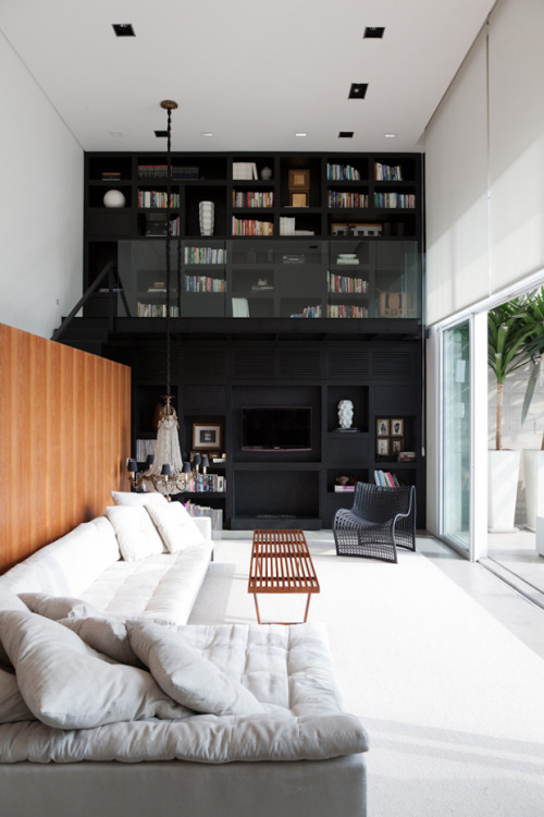 myidealhome:  theblackworkshop:Paula Martins faz décor cult em SP – Casa Vogue