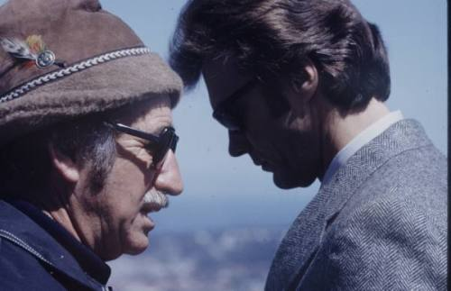 Gente extraordinaria  tornandfrayed:  Don Siegel and Clint Eastwood on the set of Dirty Harry (1971) in San Francisco, by Bill Eppridge.