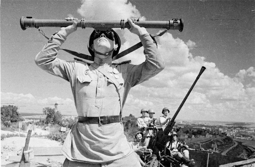 Soviet anti-aircraft gunners during the liberation of Sevastopol, 1944.