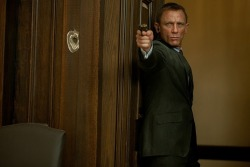 THE NEW BOND PICS ARE HERE! THE NEW BOND PICS ARE HERE! THE NEW BOND PICS ARE HERE!