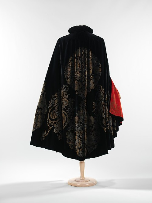 omgthatdress:  Cape Maria Gallenga, 1925 The Metropolitan Museum of Art  So I basically wander around wearing a cape all day.  It does a lot for your confidence let me tell you.