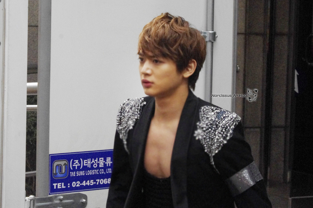 eimanjjong:  120413 Minho going to have his meal around KST11am @ KBS Credits: Narcissus_A-Hao (no editing & removal of logo)
