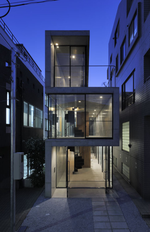 enochliew:  House in Takadanobaba by Florian Busch Architects The site for this private residence is an urban gap left over from relentless subdivision, a 22m deep yet only 4.7m wide strip.