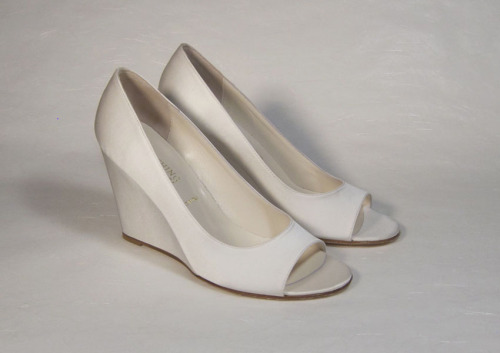 Calm by Something Bleu9 cm. Wedge heel. Dyeable ivory satin. Sizes 36-39.