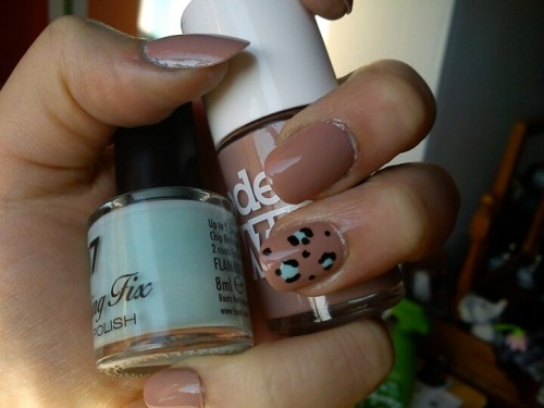 Beige and mint leopard print mani (Photo by amadeavongris)