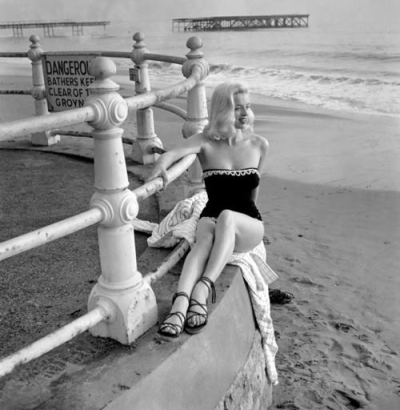 simply-divoon:  Diana Dors at the beach, 1953