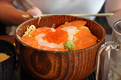 shelovesasianfood:  Salmon don (by Tishfire)