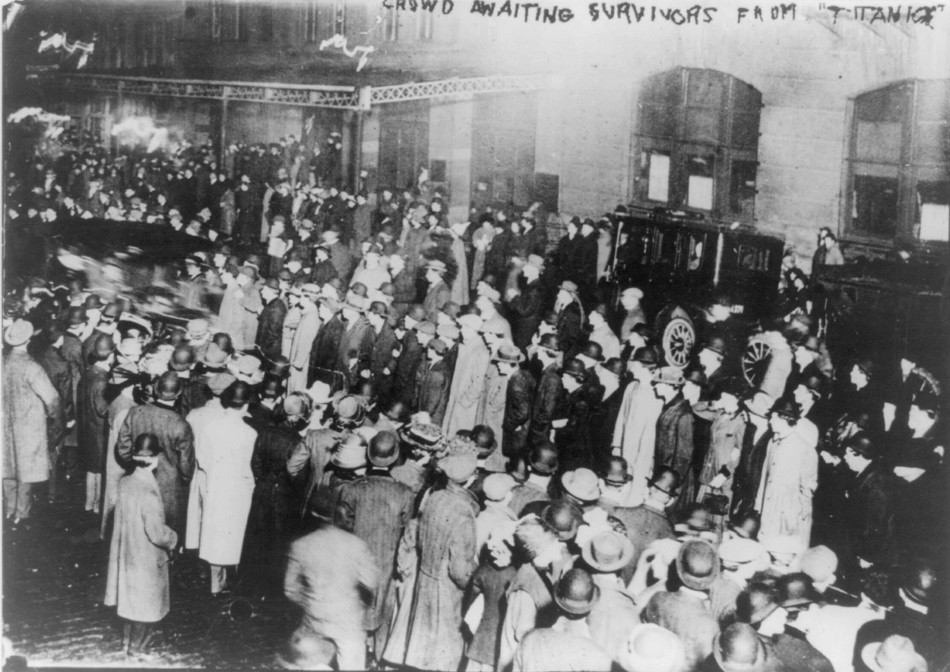 Crowd in New York awaiting survivors from the RMS Titanic to arrive aboard the Carpathia, 18 April 1912.
