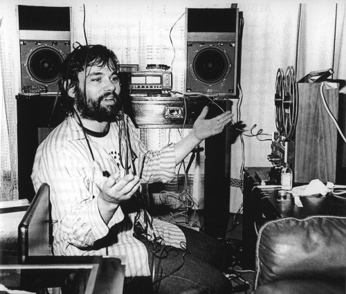 Little Feat - Live at Ultrasonic Studios, September 19, 1974 In honor of the late/great Lowell George's birthday, here's one of my favorite Little Feat shows, courtesy of Archive.org. Skin it back!