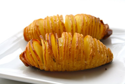 ubermichael:  (via Seasaltwithfood: Hasselback Potatoes) Ooh, I think I want to make these for dinner.  Oh WOW