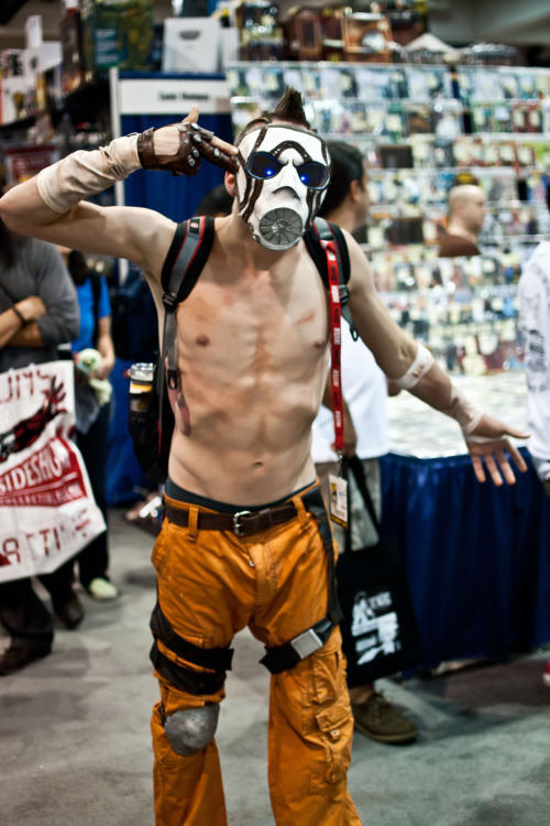zombieswithcheese:  djentlemanly:  randompagan:  Borderlands psycho cosplay.  Legit.  This is fucking awesome.