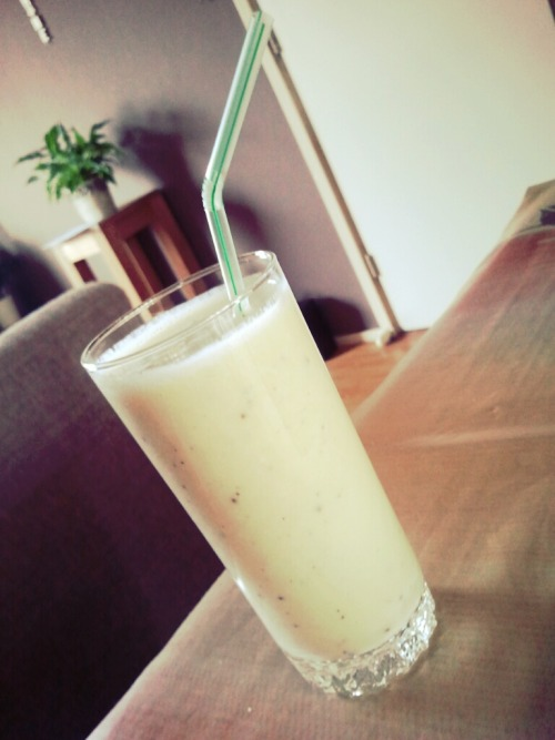 Post workout banana-kiwi yogurt smoothie