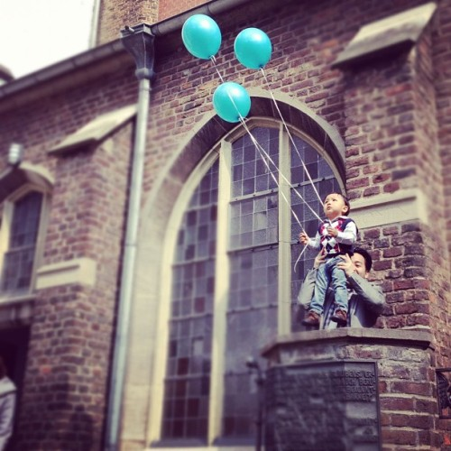 i Bet he is going to #fly #balloon #Kid #child #experiment #attempt #sky #up #dreams #flying (Wurde mit instagram aufgenommen)