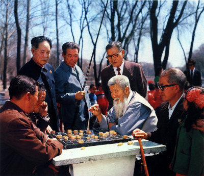 scanzen:  Chess in a public park. In: Pyongyang, Foreign Languages Publishing House, Pyongyang, DPRK, 1985.