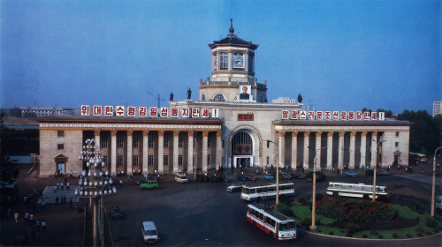 Main railway station in Pyongyang. In: Pyongyang, Foreign Languages Publishing House, Pyongyang, DPRK, 1985.
