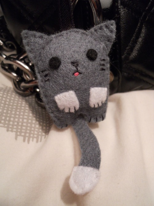 just-a-girl-in-love:  A cute little cat plushie that my friend Gen made!She makes a lot of other really cute stuff!  omg its so cute <3