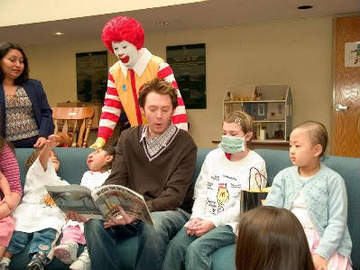 whatafuckinfamilypicture:  Clay Aiken reading to sick children with Ronald McDonald looking on
