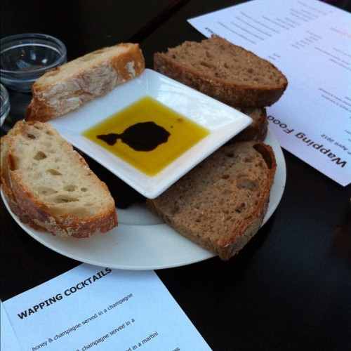 Pane e olio d'oliva #pane #olio #bread #aperitivo #apero #appetizer #oliveoil #london #wapping #thewappingproject #yummy  (Pris avec Instagram à The Wapping Project)