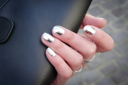 le-sparks:  Anyone know any nail polish brands that make this awesome metallic color??