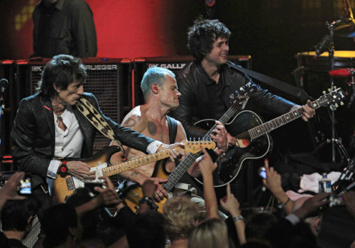 Flea, Ronnie Wood and Billie Joe Armstrong rockin' out on Higher Ground at the Hall of Fame Ceremony last night!