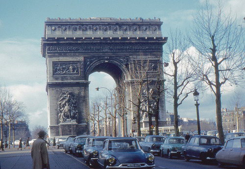 absinthemakeyouawhore:  Arc de Triomphe, Paris, France. 1960s (via)