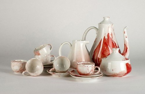 morirmoran:  Bloody tea set, from designer Antonio Murado.