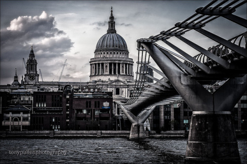 Millenium-bridge by MeDwayBoY (Europe we're coming) on Flickr.