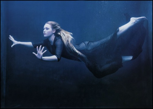 (via The Pictorial Arts: Resurfaced)  Annie Leibovitz — Kate Winslet — 1998