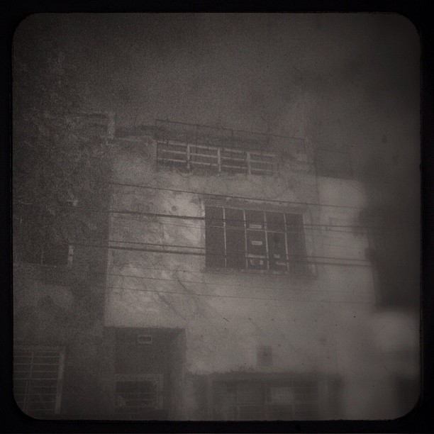 Spooky house #photooftheday #instaphoto #instagraph #instagram #ig #iphoneonly #iphoneography #iphonesia #mextagram #spooky #blackandwhite #ubiquography #hunted (Tomada con instagram)