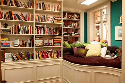 If I ever move back to NYC I am definitely going to have a room like this in my apartment. Dreamy.