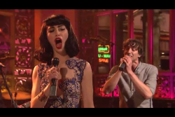 Kimbra and Gotye on SNL. Their faces are priceless… she wants to take it to the dome