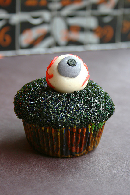 popuphorror:  Spooky Eyeball Cupcake by covetthycupcake on Flickr.