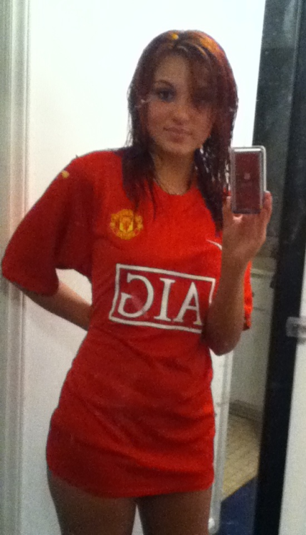 bellydancerskiss:  Going to bed…with my Man U on!  <3 wish more women were like you!