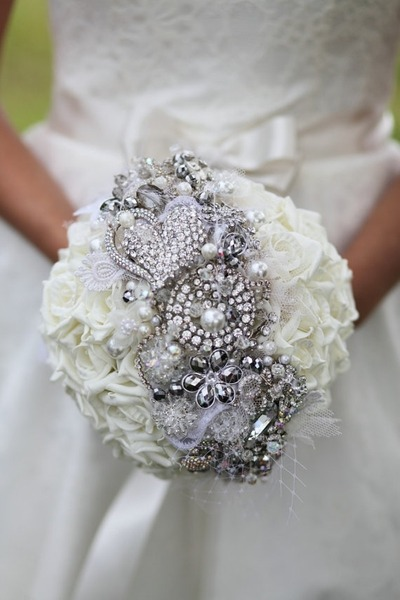roses and brooches #wedding #bouquet