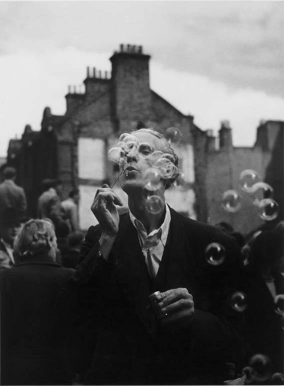 Izis Bidermanas, Man with soap bubbles, Petticoat Lane, Middlesex street,Whitechapel, 1950. Via EvenCleveland, a lovely blog.