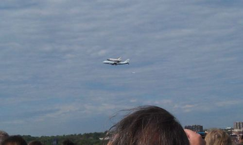 theatlantic:  Space Shuttle Discovery flying over The Atlantic offices at The Watergate. [Image: @JaredBKeller]