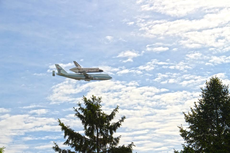 theatlantic:  One more shot of the Space Shuttle Discovery over DC. This one is awfully close. [via Katy Daily]