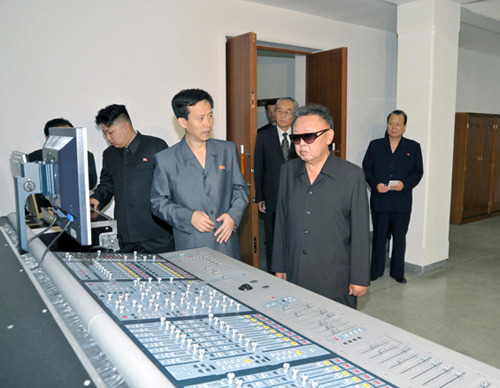 kimjongillookingatthings:  looking at a operation console