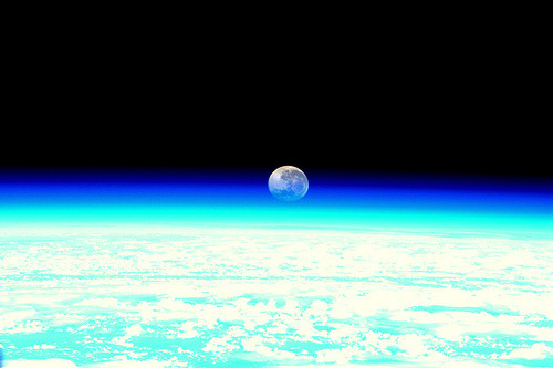 Moonset, as seen from the ISS (par europeanspaceagency)
