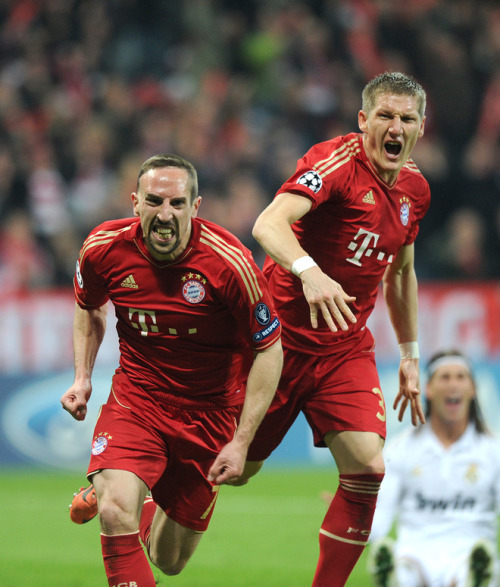 Bayern M. 1-0 Real Madrid  (medio tiempo)  half time Bayern Munich's French midfielder Franck Ribery (L) and Bayern Munich's midfielder Bastian Schweinsteiger celebrate after Ribery's scored during the UEFA Champions League first-leg semi-final football match